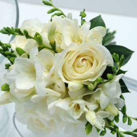 buchet-special-de-mireasa-din-frezii-si-trandafiri-albi