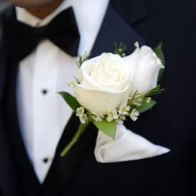 cocarda-mire-din-trandafiri-albi